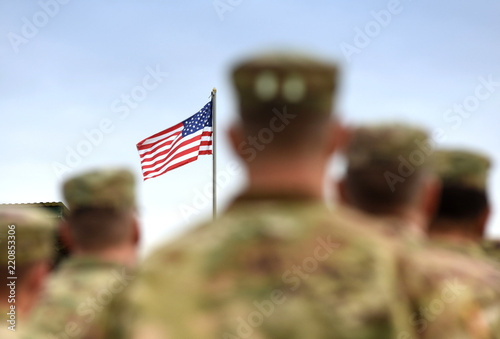 Obraz American Soldiers and US Flag. US Army - fototapety do salonu