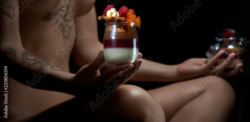 Tuinposter Akt Naked woman holding yogurt parfait