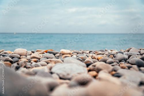 Photo sur Plexiglas Zen pierres a sable Pebble and stone rock beach with blue ocean 2
