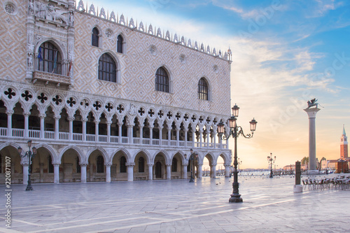 Papiers peints Con. ancienne Beautiful view of the Doge's Palace and St. Mark's column on Piazza San Marco in Venice, Italy