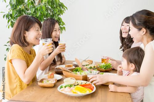 食事会をする女友達