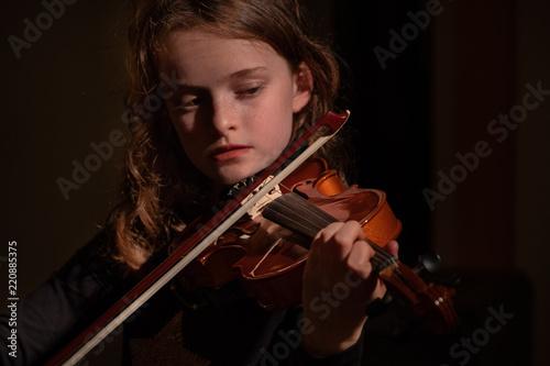 Spoed Fotobehang Muziek young girl playing violin