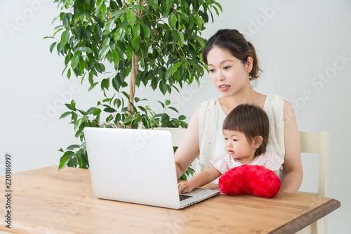 Valokuva  ノートパソコンと親子