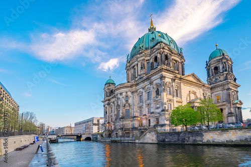 Photo  Blue nice sky with view of Berlin Cathedral in Berlin, Germany