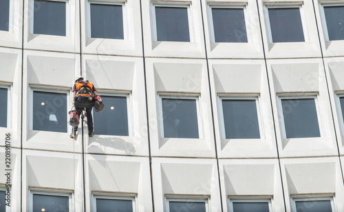 Photo Man rappelling from the wall for fix the damaged building in Christchurch, New Zealand