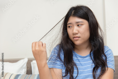 Pinturas sobre lienzo  Hair pulling disorder or Trichotillomania in teenager women mental health problem