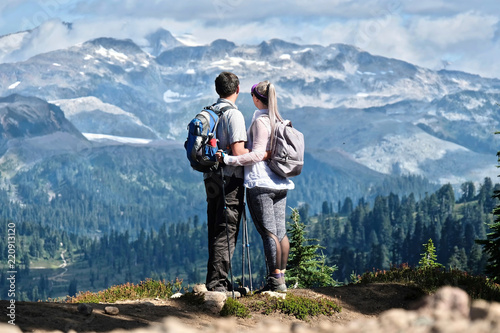Canvas Print Young active couple hiking in mountains in Pacific Northwest