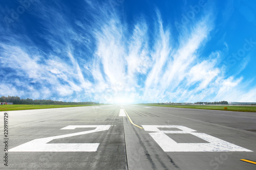 Photo Airport runway to in horizon and picturesque cirrus clouds in the blue sky