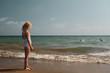 blondes Mädchen spielt am Meer