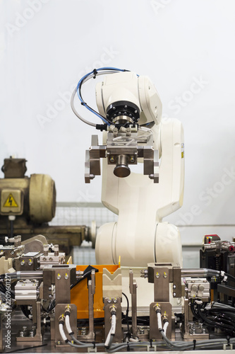 Papiers peints Retro Factory 4.0 concept:View of industrial pick&place robot in automatic machining machine.