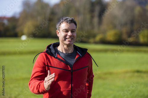 Fotografía  A man running outdoors on the sunny autumn day in the countryside of Bavarian Na