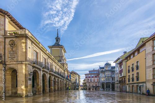 Fotografie, Obraz  Plaza de la Constitución y Ayuntamiento de Oviedo, España