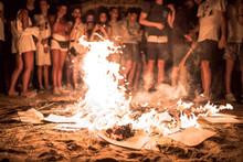 Hoguera De San Juan En La Playa Con Llamas, Fuego Y Personas