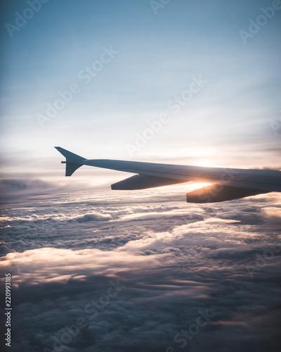 Amanecer desde las nubes en un avión Canvas Print