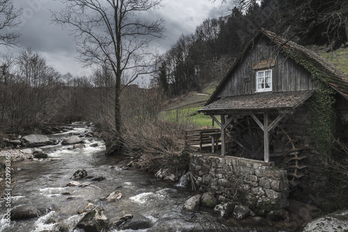 Valokuva Old abandoned water mill near a mountain river