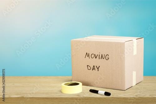 Fototapeta Cardboard Box labelled moving day on backgrouund obraz