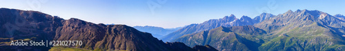 Fotografía Wide morning view of a panorama cableway station showing Grossglockner, the  hig