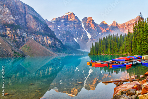 Valokuva  Sunrise Over the Canadian Rockies at Moraine Lake in Canada