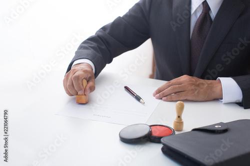 Photo 契約するビジネスマン