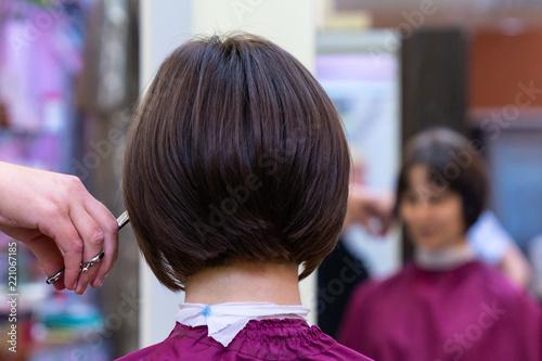 Carta da parati Beautiful young woman in hairstyle salon getting bob haircut