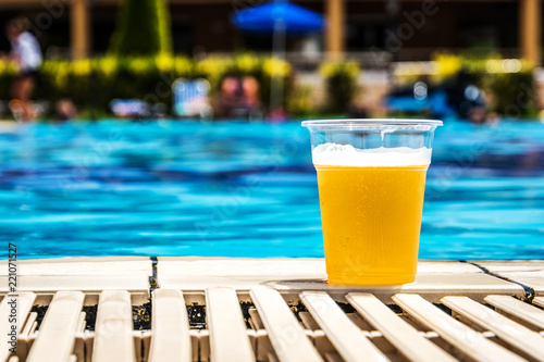 Tuinposter Bier / Cider Swimming pool and beer