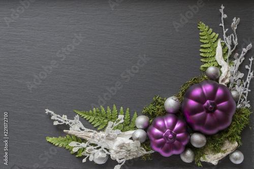 Fotografie, Obraz  festliches Ornament mit lila Kürbissen und Naturmaterialien in silberweiss und g
