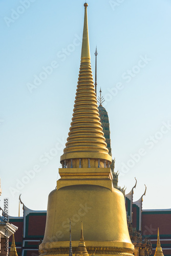 In de dag Bangkok Golden chedi with spire. Traditional Thai architecture detail