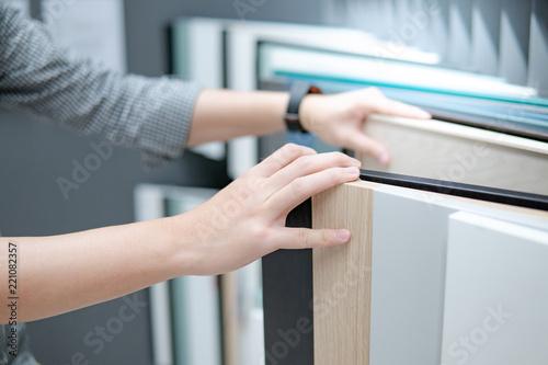 Fotografia Male hand choosing cabinet panel materials or countertops for built-in furniture design