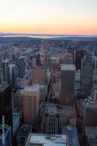 Photo Stands New York Downtown Seattle at sunset with Olympic mountains in background