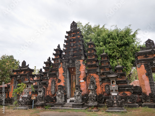 In de dag Bali Hindu temple with statues of the gods on Bali island, Indonesia. Balinese Hindu Temple, old hindu architecture, Bali Architecture, Ancient design