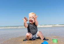 Toddler Horrified With Sea Wat...