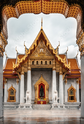 Spoed Foto op Canvas Bedehuis Wat Benchamabophit temple in background with golden arch in the foreground, Bangkok, Thailand