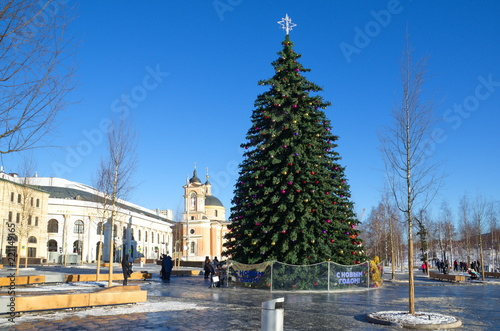 Foto  Moscow, Russia - January 9, 2018: Christmas tree on the square near Zaryadye landscape Park