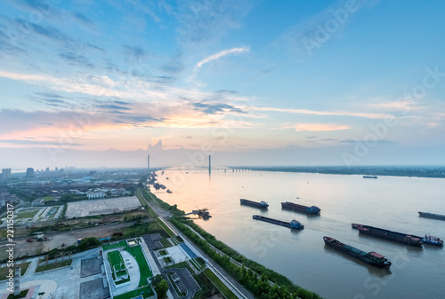 Foto beautiful yangtze river landscape with sunset glow