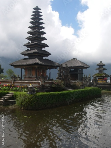 In de dag Bali Beautiful Buddhist temple on a lake the nature in Bali