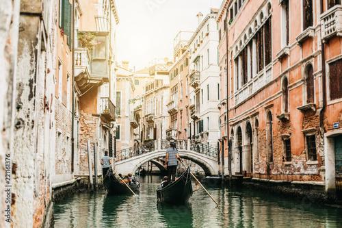 obraz dibond Gondeln in einem Kanal in Venedig