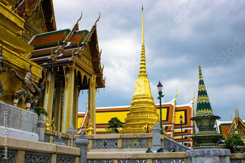 Fotografia  Pagoda of Buddhist temple in Bangkok in cloudy day