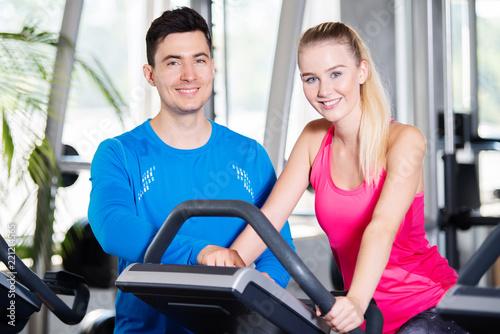Fotografie, Obraz  Ausdauertraining im Fitnessstudio, Mann und Frau beim Sport