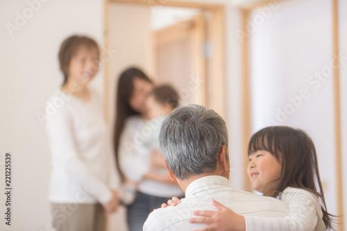 Fotografia おじいちゃんに抱きつく女の子