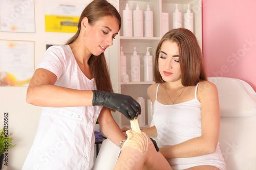 Fotografie, Obraz  removes hair on legs