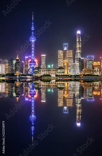 Staande foto Aziatische Plekken Blick auf die urbane Skyline von Shanghai bei Nacht mit Reflektionen im Huangpu Fluss, China