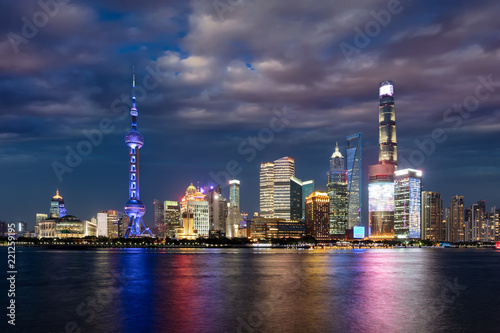 Staande foto Aziatische Plekken Die hell beleuchtete Skyline von Shanghai am Abend mit bewölktem Himmel, China