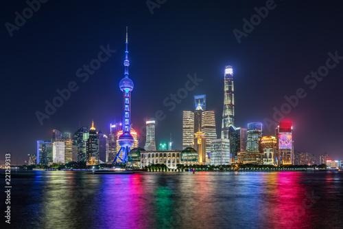 Foto op Aluminium Shanghai Shanghai bei Nacht: die moderne Skyline der hell beleuchteten Skyline der Metropole