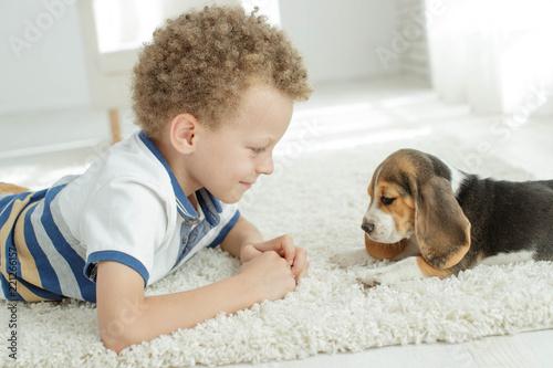 Deurstickers Ontspanning Child with a dog