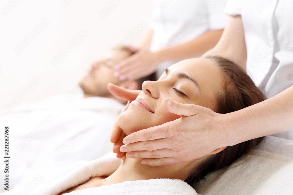 Fototapeta Rytuał piękności dla par. Kobieta i mężczyzna razem na zabiegu pielęgnacyjnym w gabinecie spa.