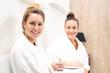 Przyjaciółki w klinice medycyny estetycznej. Dwie młode kobiety oczekują na zabieg kosmetyczny w luksusowej klinice kosmetycznej.
