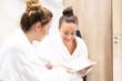 Razem w spa. Dwie młode kobiety oczekują na zabieg kosmetyczny w luksusowej klinice kosmetycznej.
