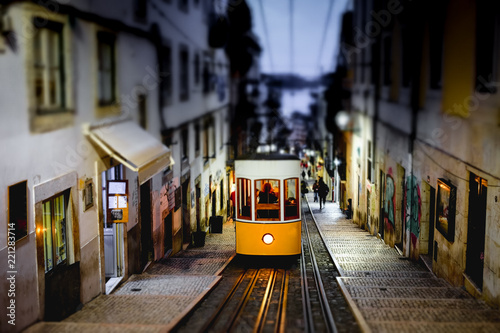 Fotografía  The Bica Funicular, Ascensor da Bica, Traditional yellow tram in Lisbon, Portuga