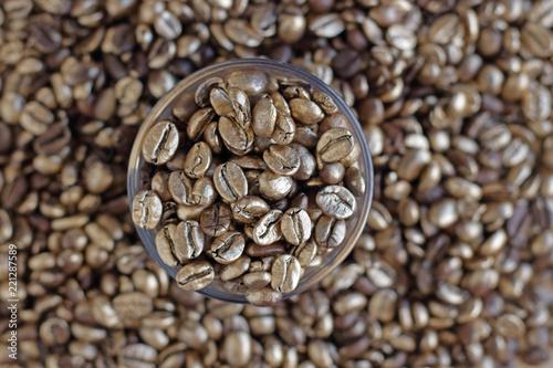 Deurstickers koffiebar Granos de café dorados dentro de un vaso de cristal