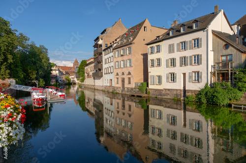 Foto  Häuserzeile am Kanal mit Spiegelung im Wasser